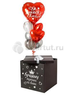 Композиция их красных сердец и черных шаров в черной коробке